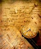 Reloj con la correspondencia vieja Imagenes de archivo
