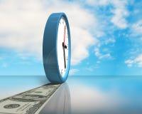 Reloj con la trayectoria del dinero en la tabla de cristal Imágenes de archivo libres de regalías