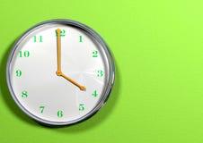Reloj con las manos verdes y los números anaranjados Imagen de archivo libre de regalías