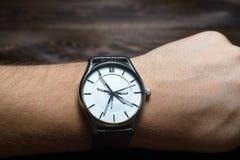 Reloj con muchas manos foto de archivo