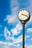 Reloj contra el cielo Foto de archivo libre de regalías