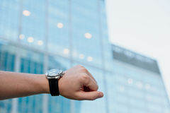 Reloj contra el edificio de oficinas imágenes de archivo libres de regalías