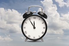 Reloj contra un primer de la tarjeta del collage del cielo nublado fotos de archivo