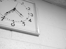 Reloj cuadrado retro viejo en la pared blanca fotografía de archivo libre de regalías