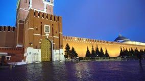 Reloj cuadrado rojo del Kremlin del panorama, pared del Kremlin, mausoleo de Lenin, tarde almacen de video