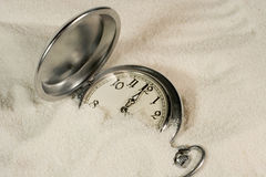 Reloj cubierto con la arena fotos de archivo