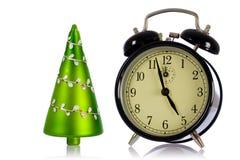 Reloj de alarma aislado con el árbol de navidad imagenes de archivo