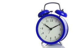 Reloj de alarma azul aislado en blanco Imágenes de archivo libres de regalías