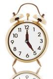 Reloj de alarma con las manos de la botella de cerveza Imagen de archivo libre de regalías