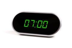 Reloj de alarma de Digitaces con los dígitos verdes foto de archivo libre de regalías