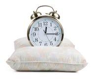Reloj de alarma del metal en una almohadilla imágenes de archivo libres de regalías
