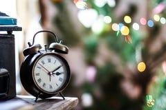 Reloj de alarma del viejo estilo en un vector con el fondo enmascarado Imagen de archivo