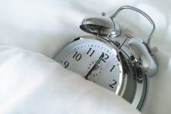 Reloj de alarma el dormir Imagenes de archivo