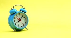 Reloj de alarma en amarillo Imagenes de archivo