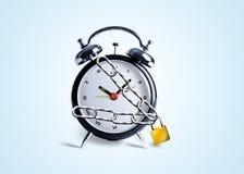 Reloj de alarma en encadenamientos Imagen de archivo