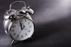 Reloj de alarma en la medianoche Foto de archivo
