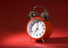 Reloj de alarma en rojo Foto de archivo
