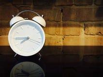 Reloj de alarma pasado de moda Imágenes de archivo libres de regalías