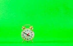 Reloj de alarma retro de oro del estilo Imagenes de archivo