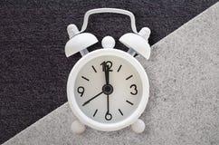 Reloj de alarma retro fondo Negro-blanco del extracto de la textura Tarjeta de felicitación geométrica de los modelos del minimal fotos de archivo