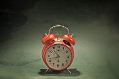 Reloj de alarma rojo del viejo estilo Fotos de archivo