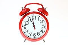 Reloj de alarma rojo del viejo estilo aislado Imagenes de archivo