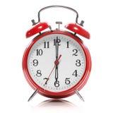 Reloj de alarma rojo del viejo estilo aislado en blanco Imagenes de archivo