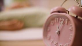 Reloj de alarma rosado Reloj rosado que se coloca en el nightstand Imagenes de archivo