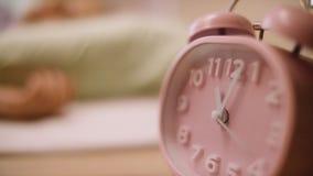 Reloj de alarma rosado Reloj rosado que se coloca en el nightstand Foto de archivo