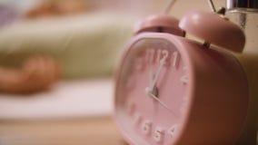 Reloj de alarma rosado Reloj rosado que se coloca en el nightstand Imagen de archivo libre de regalías