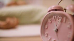 Reloj de alarma rosado Reloj rosado que se coloca en el nightstand Fotos de archivo libres de regalías