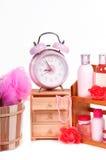 Reloj de alarma y accesorios rosados del cuidado de la carrocería Fotos de archivo