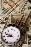 Reloj de alarma y dinero imagen de archivo libre de regalías