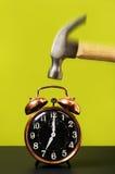 Reloj de alarma y martillo de la vendimia Foto de archivo libre de regalías