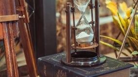 Reloj de arena de cobre amarillo marítimo del vintage con el compás fotografía de archivo libre de regalías
