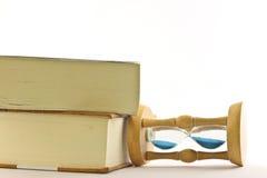 Reloj de arena con el libro fotos de archivo libres de regalías