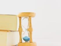 Reloj de arena con el libro imagen de archivo libre de regalías