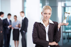 Reloj de arena de la mujer de negocios Imagen de archivo