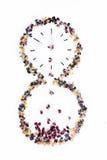Reloj de arena de partidos y de flores quemados en un fondo blanco Fotos de archivo