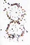 Reloj de arena de partidos y de flores quemados en un fondo blanco Imagen de archivo