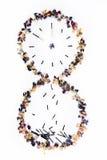 Reloj de arena de partidos y de flores quemados en un fondo blanco Fotografía de archivo