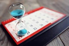 Reloj de arena en calendario foto de archivo libre de regalías