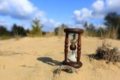 Reloj de arena en la arena Foto de archivo libre de regalías
