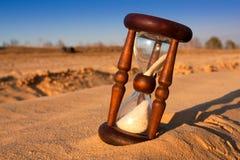 Reloj de arena en la arena del desierto Imágenes de archivo libres de regalías