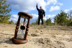 Reloj de arena en la arena i Imágenes de archivo libres de regalías