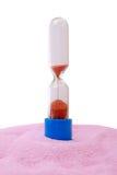 Reloj de arena en la arena rosada Fotografía de archivo libre de regalías