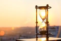 Reloj de arena en la puesta del sol Imagen de archivo libre de regalías