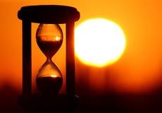 Reloj de arena en puesta del sol Imagen de archivo