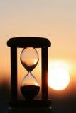 Reloj de arena en puesta del sol Fotos de archivo libres de regalías