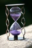 Reloj de arena que cuenta abajo de permanecer del tiempo Imagenes de archivo